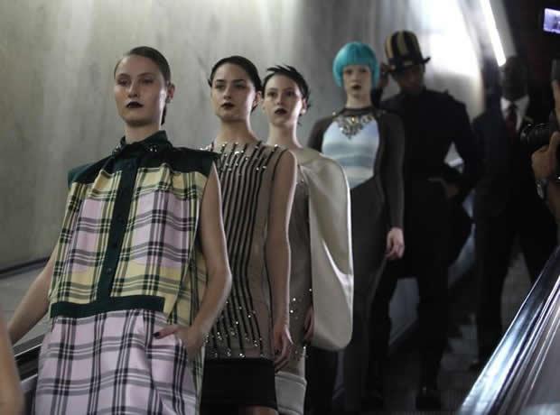 Modelos Desfilando no Metrô