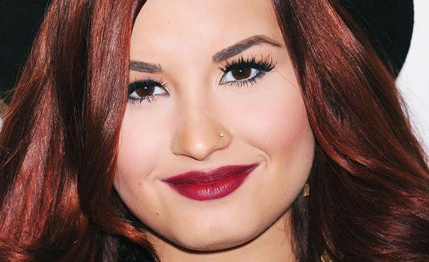 Demi Lovato Batom Vermelho